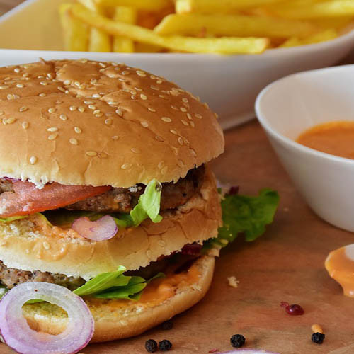 Hamburguesas dobles de cerdo con pickles y completos