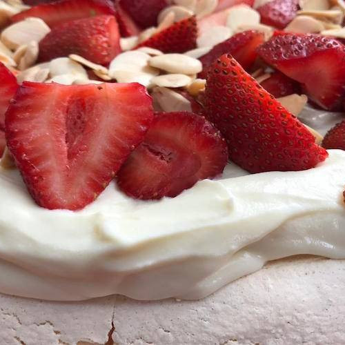 Pavlova de chocolate blanco y yogur
