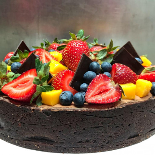 TORTA DOBLE CHOCOLATE Y FRUTA FRESCA