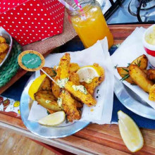 Bastones de abadejo saludables con papas bravas y mayonesa light