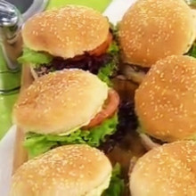 Hamburguesas de porotos, mayonesa sin huevo, mousse de chocolate